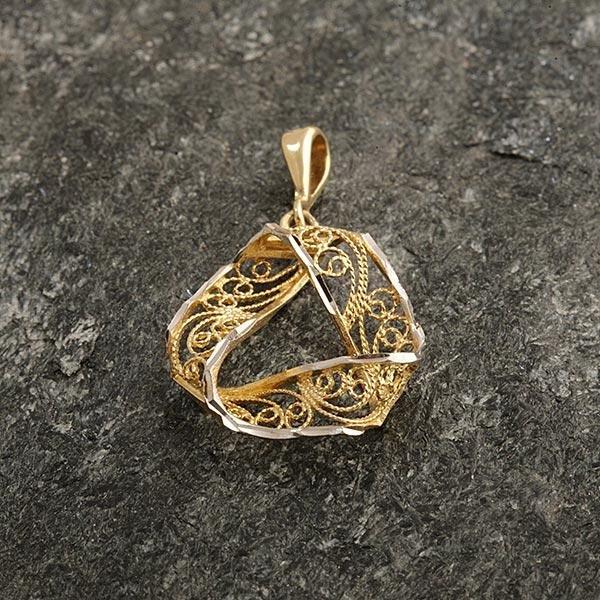 Zlatý přívěs z filigránu