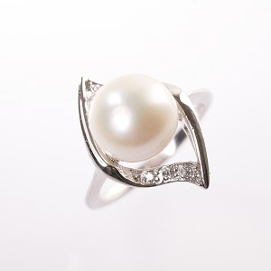Stříbrný prsten s perlou vel. 53